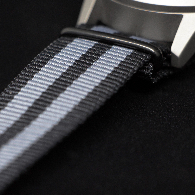 Bracelet sangle NATO (l'un des deux bracels inclus avec la Type 77.MOVE)