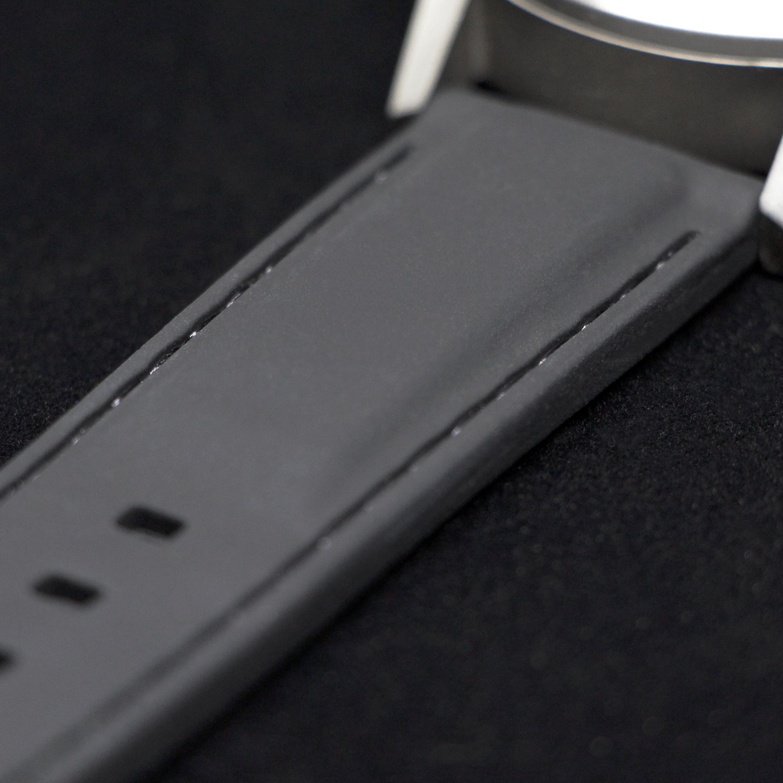 Bracelet en silicone ultra-souple (l'un des deux bracelets inclus avec la Type 77.TIME)